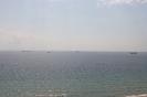 vor dem Hafen liegend