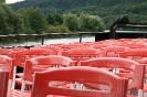 rote Stühle auf einem Schiff